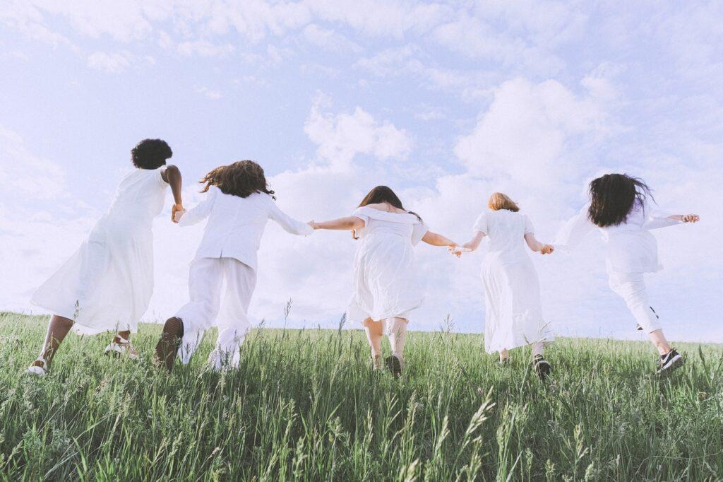 люди бегут по траве