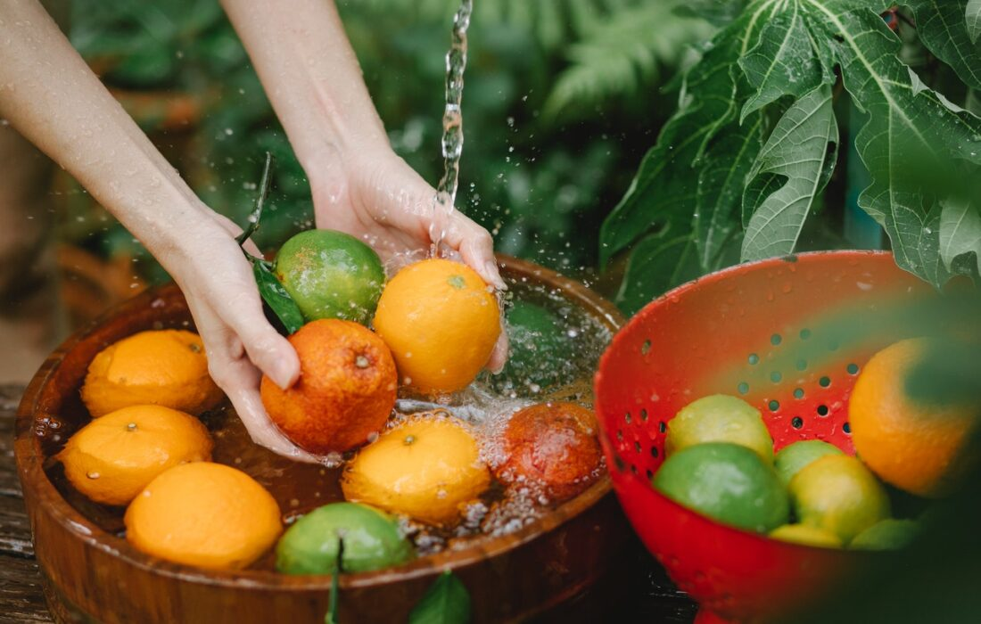 девушка моет фрукты