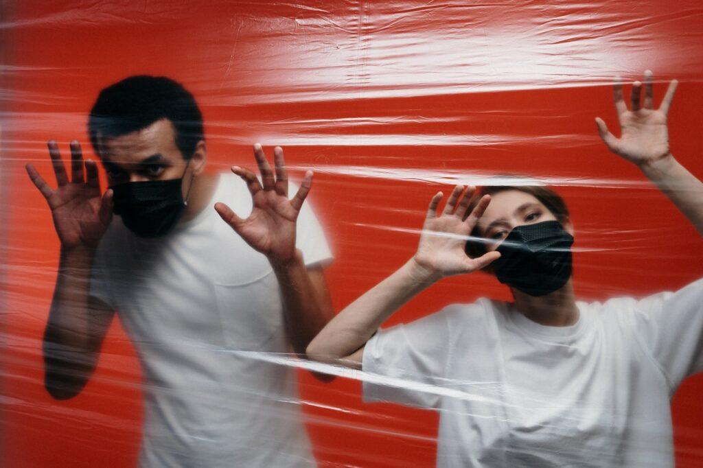 люди за пленкой в масках
