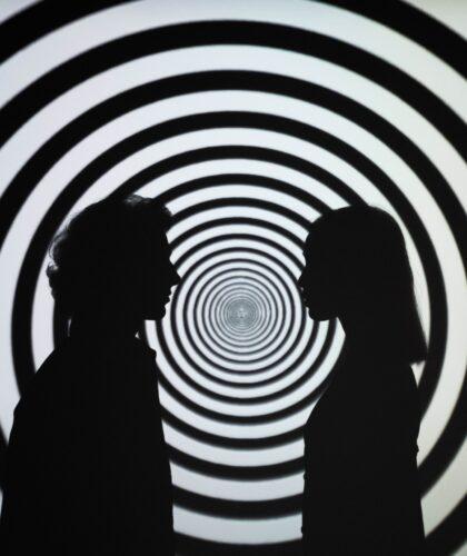 девушка и парень на фоне кругов