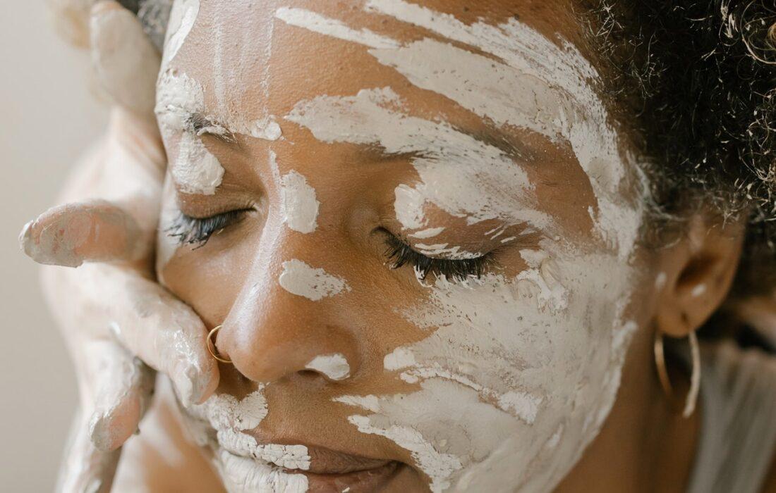 глиняная маска на девушке