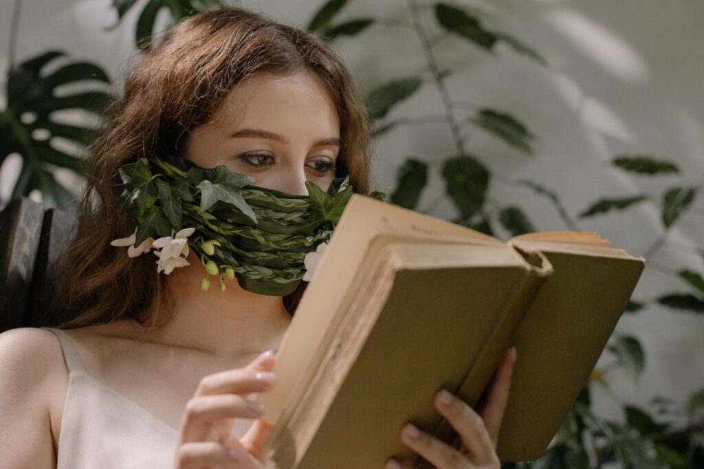 девушка с водорослями на лице