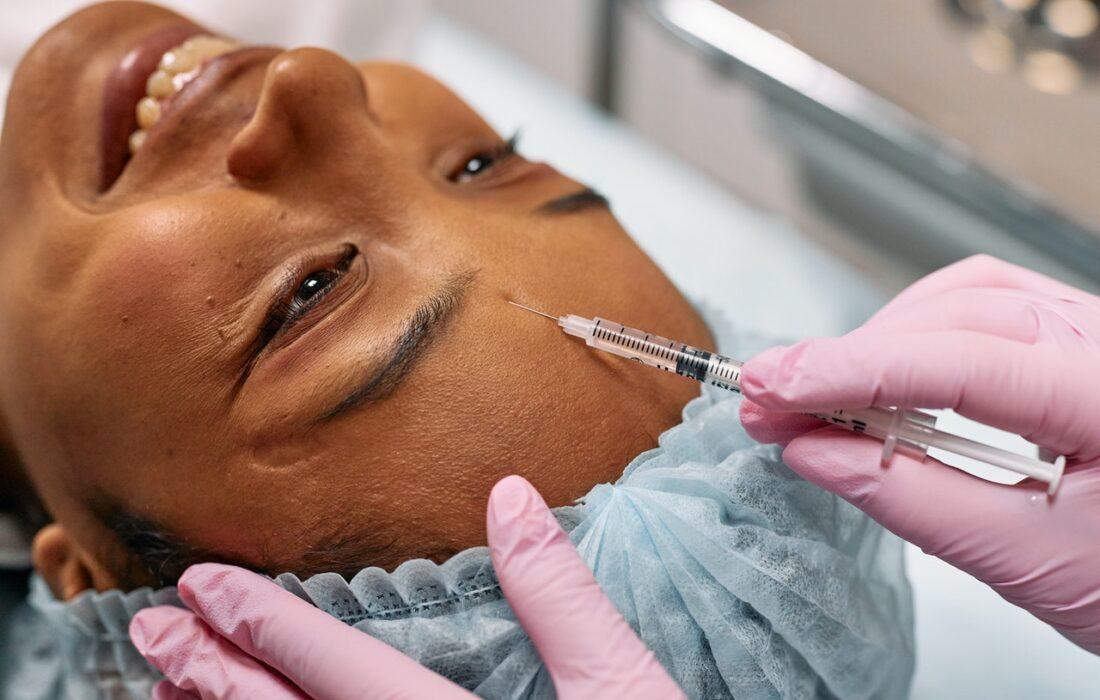 укол в лицо