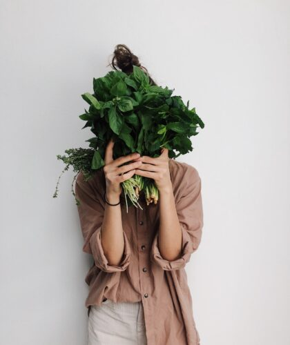 девушка с зеленью