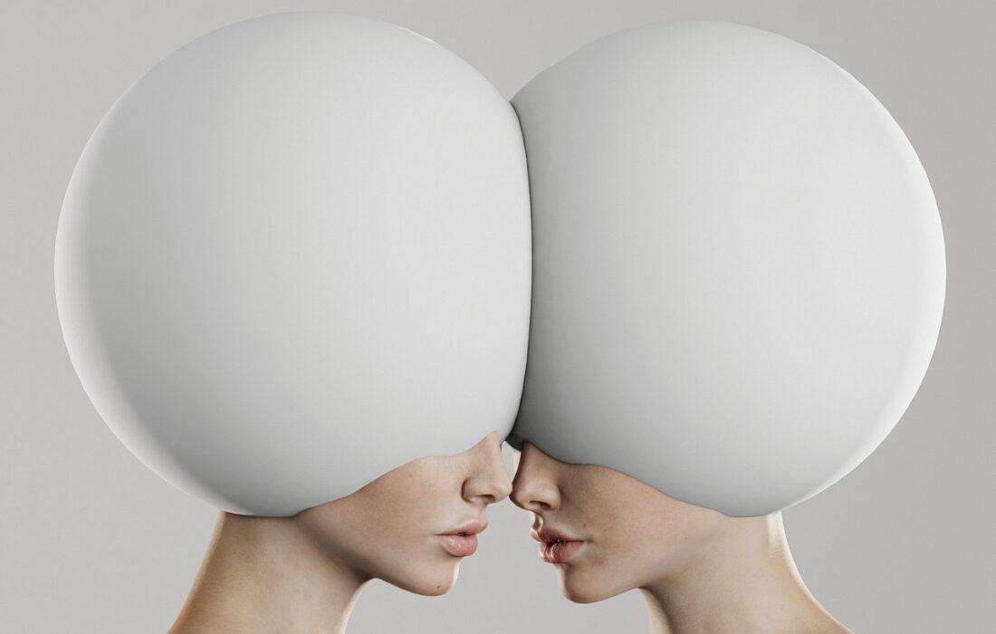 девушка с шарами на головах