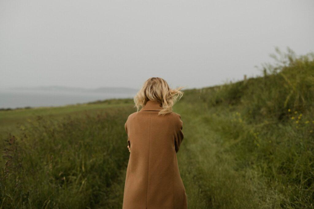 девушка со спины на природе