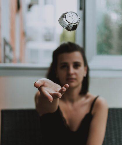 девушка с часами