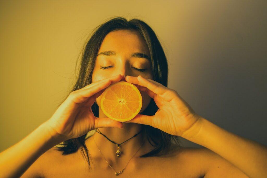 девушка с половинкой апельсина