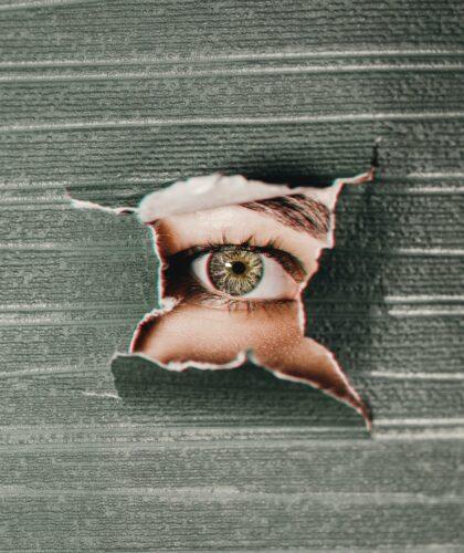глаз в стене