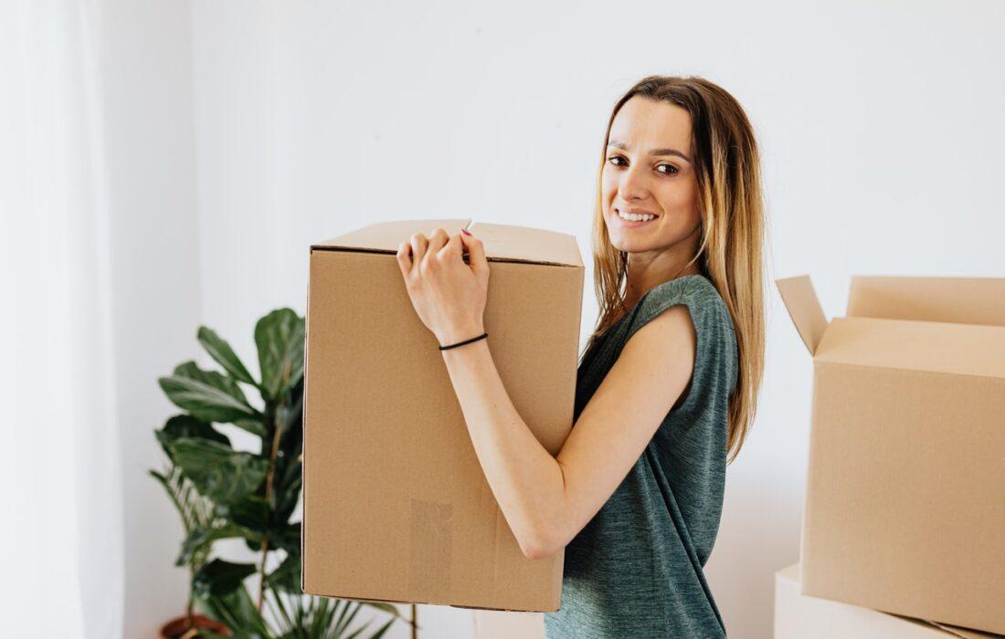 девушка с коробкой