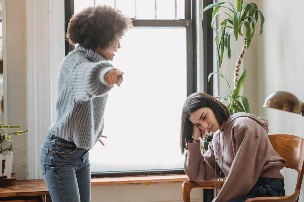 девушки ссорятся