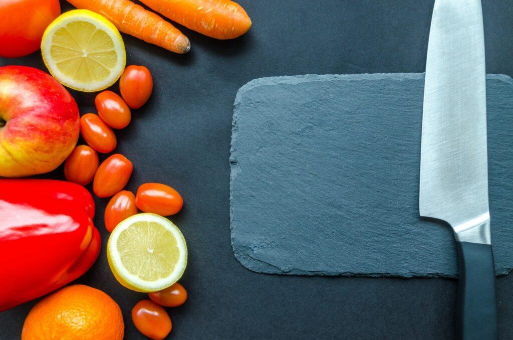 нож и овощи