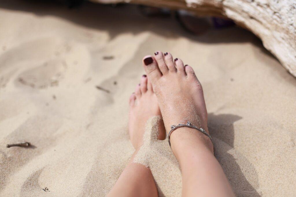 красивые ножки на песке