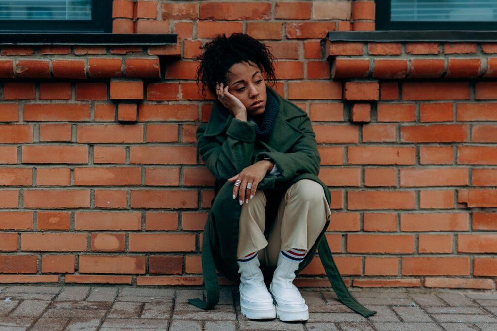 грустная девушка на улице
