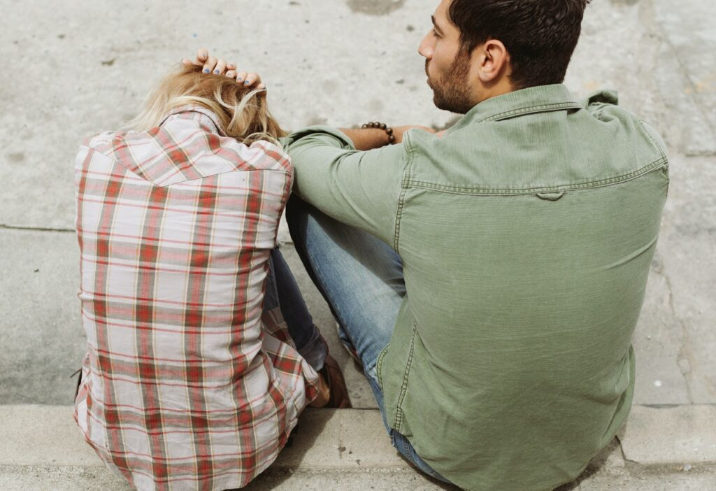 грустная девушка с парнем