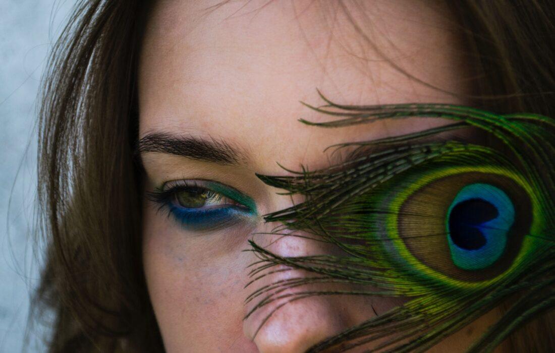 девушка с пером у глаза