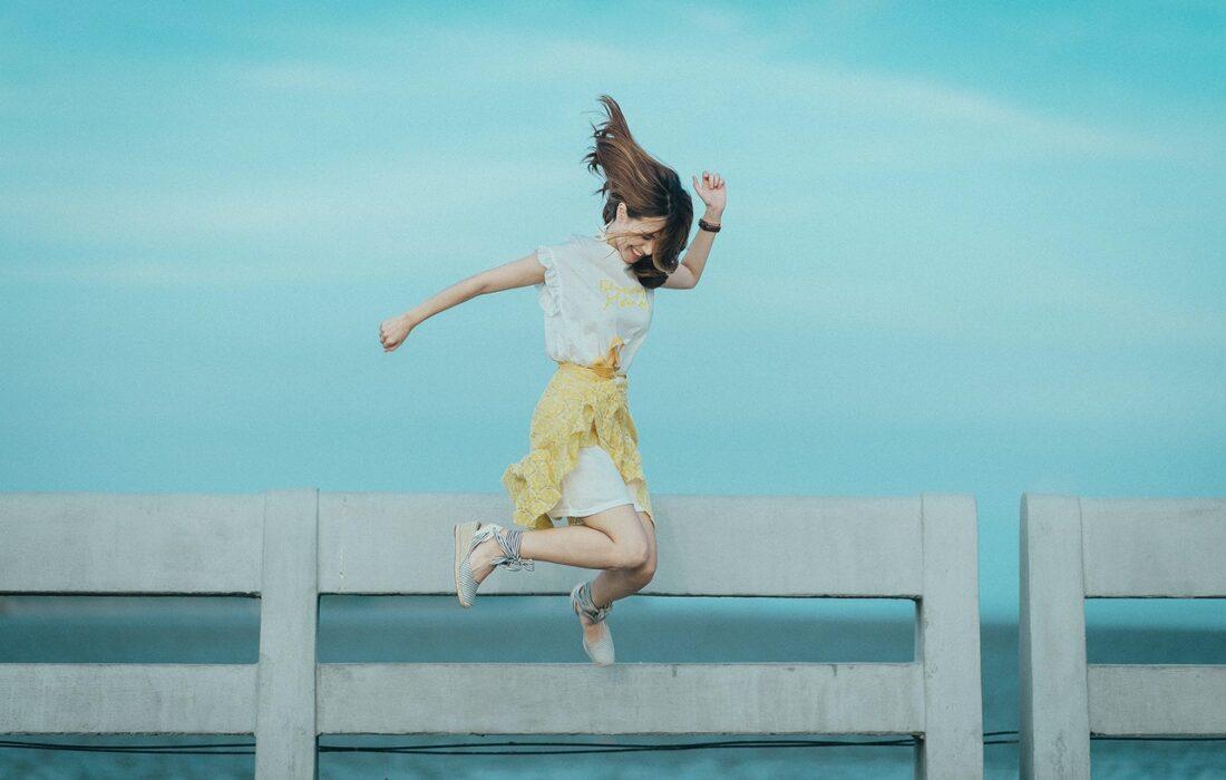 девушка в платье прыгает