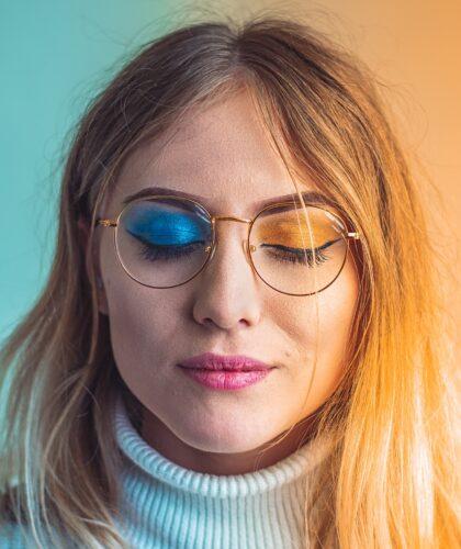 девушка с разноцветным макияжем