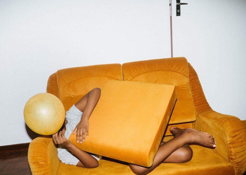 девушка на диване с шариком