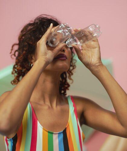 девушка смотрит в бутылочки