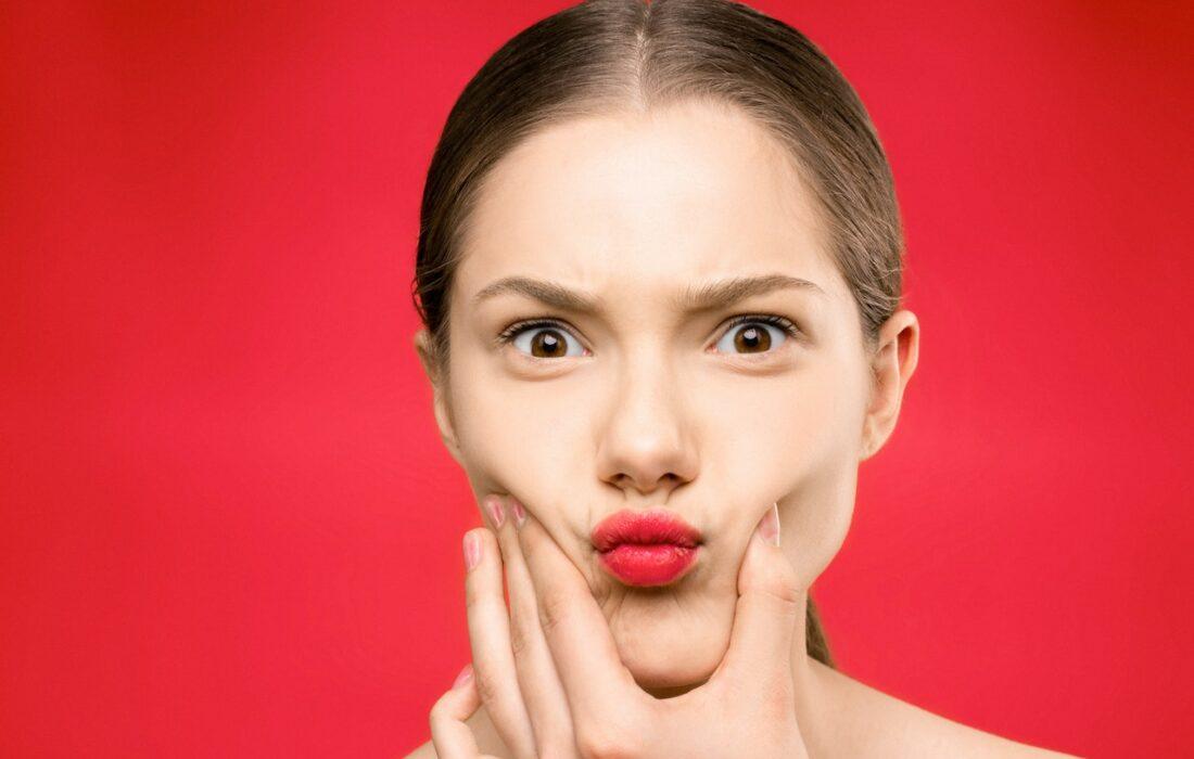 девушка делает губы бантиком