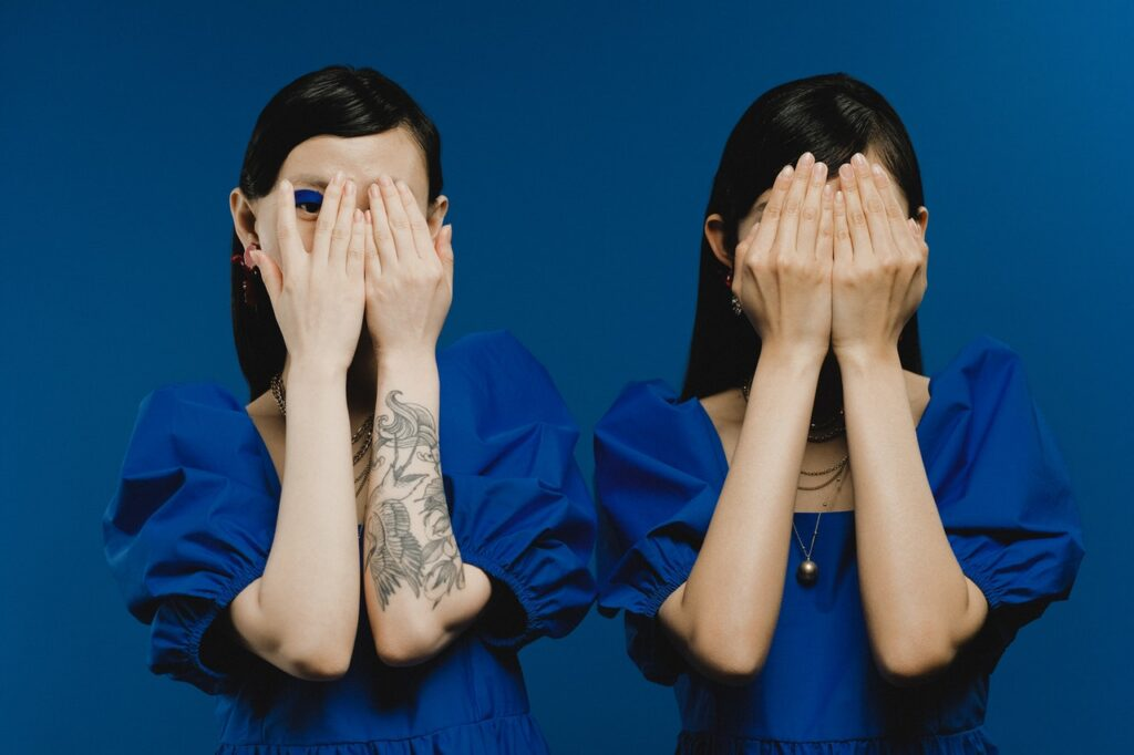 девушки закрывают лица руками