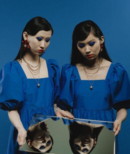 девушки смотрят в зеркало