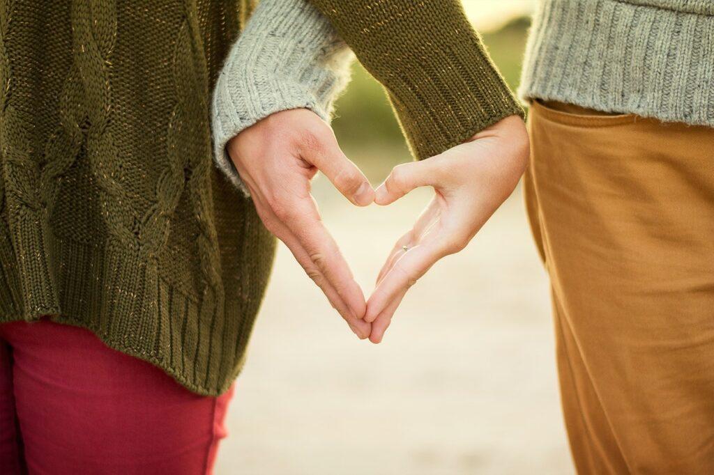 составленное сердечко из пальцев