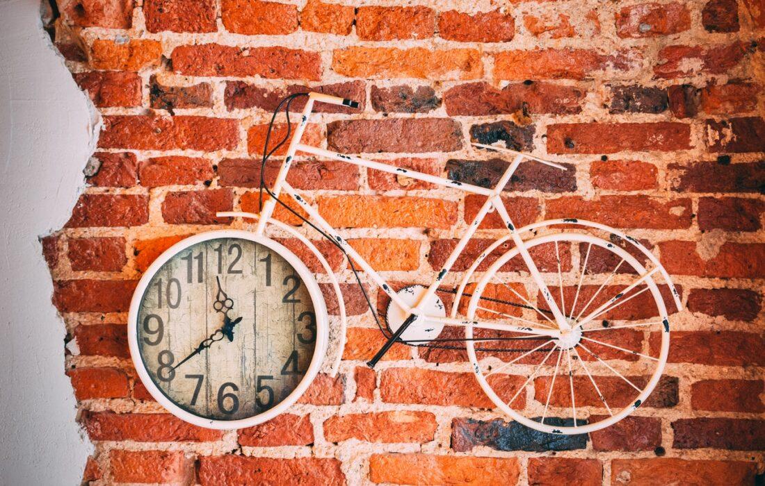 часы и велосипед