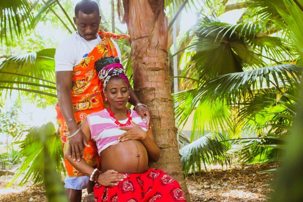 беременная девушка с мужем