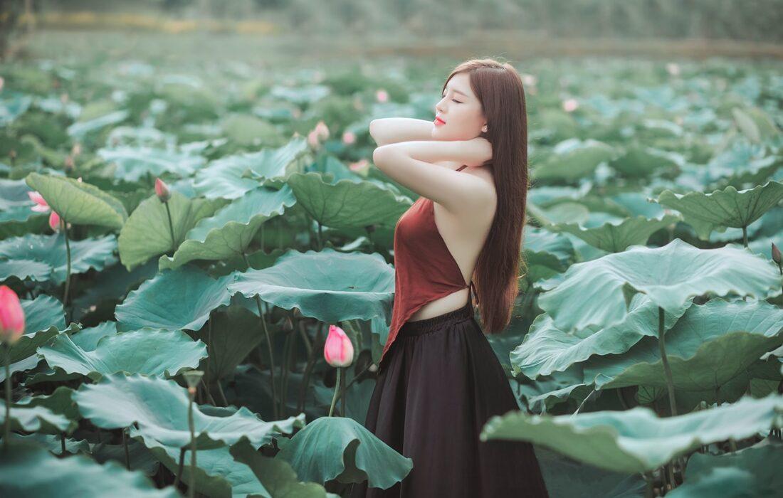 красивая девушка в цветах