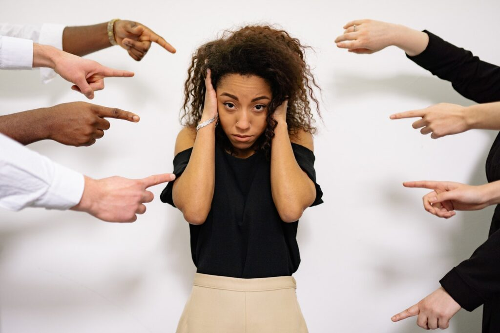 на девушку показывают пальцами