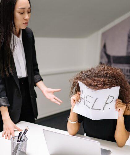 девушке нужна помощь на работе