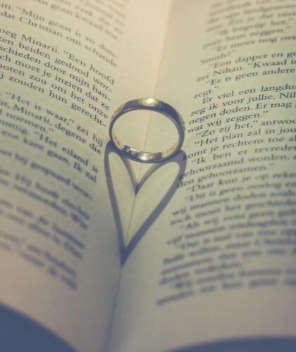 кольцо на книге