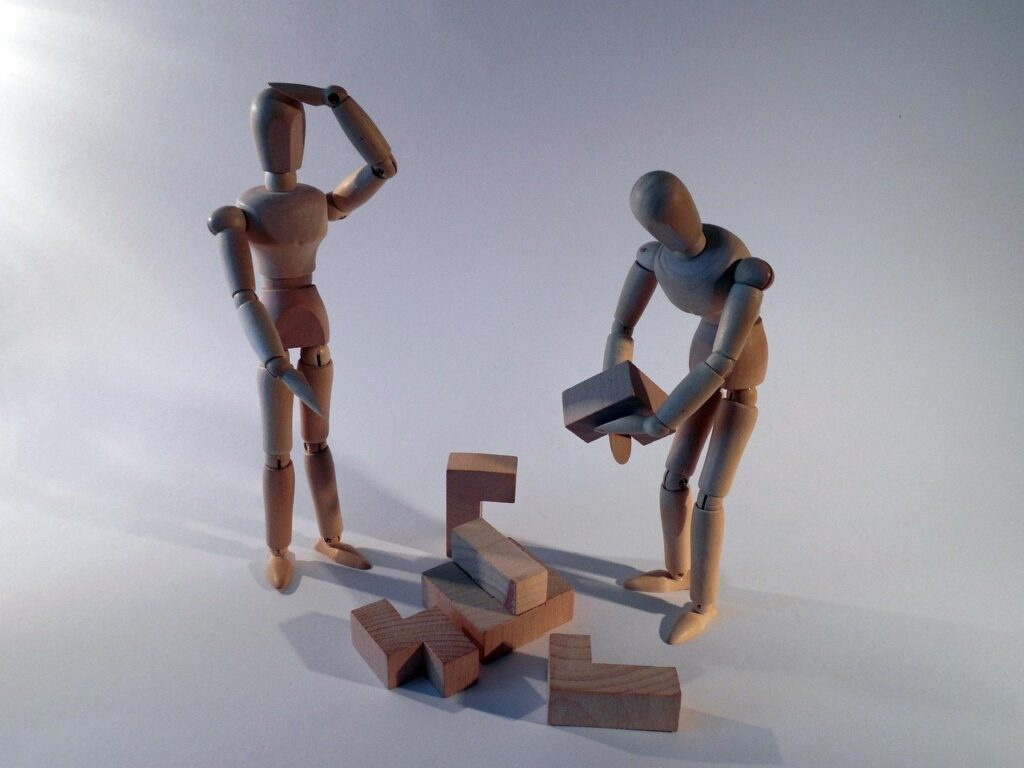 деревянные человечки с кубиками