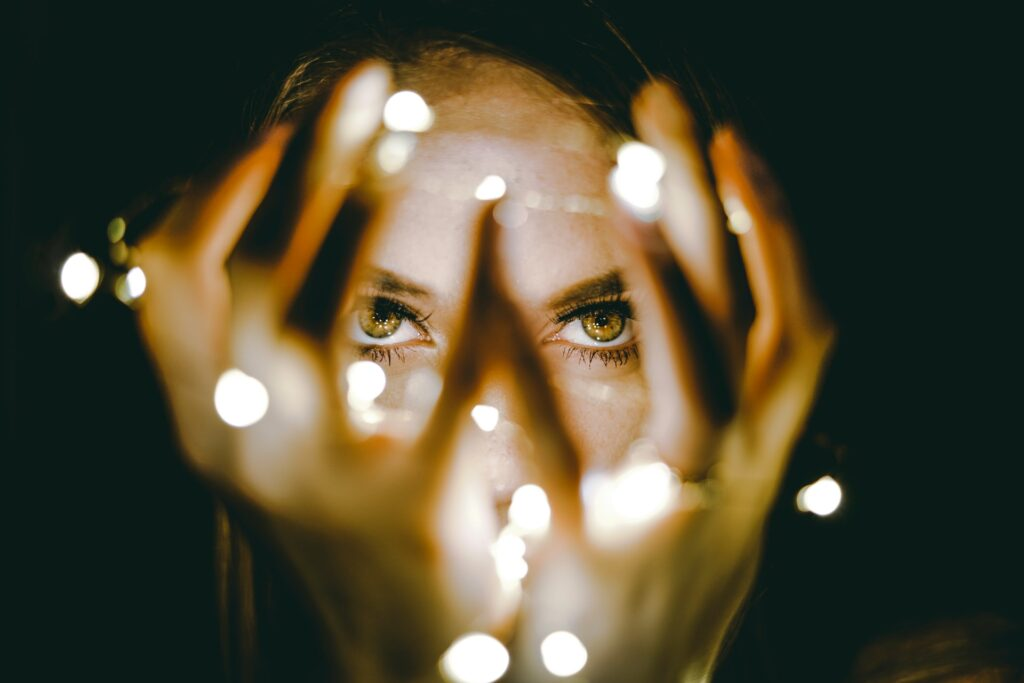 загадочная девушка с огоньками