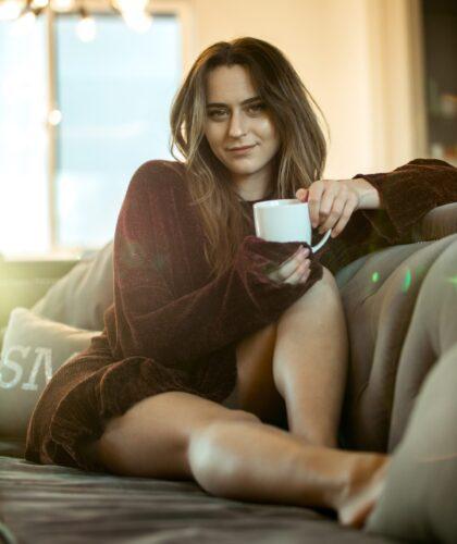 девушка с кофе на диване