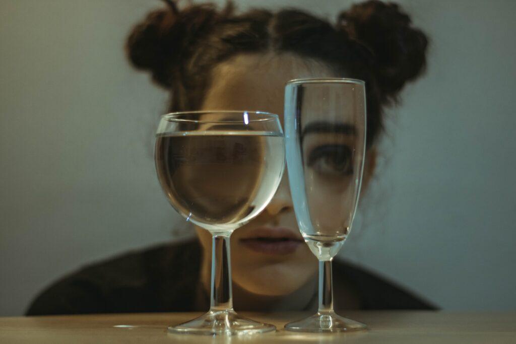 девушка с бокалами