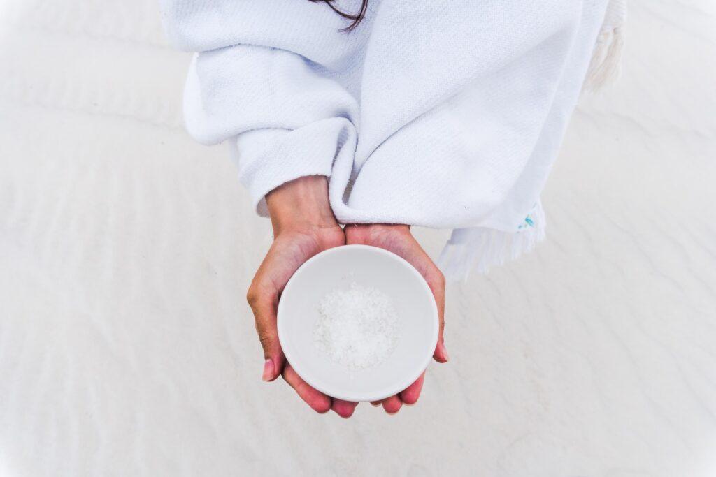 соль в мисочке