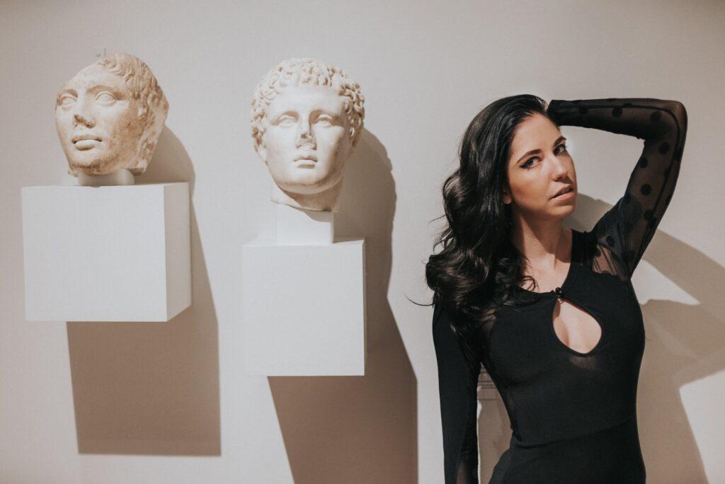 девушка со статуями