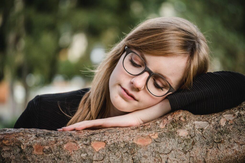 девушка в очках на природе
