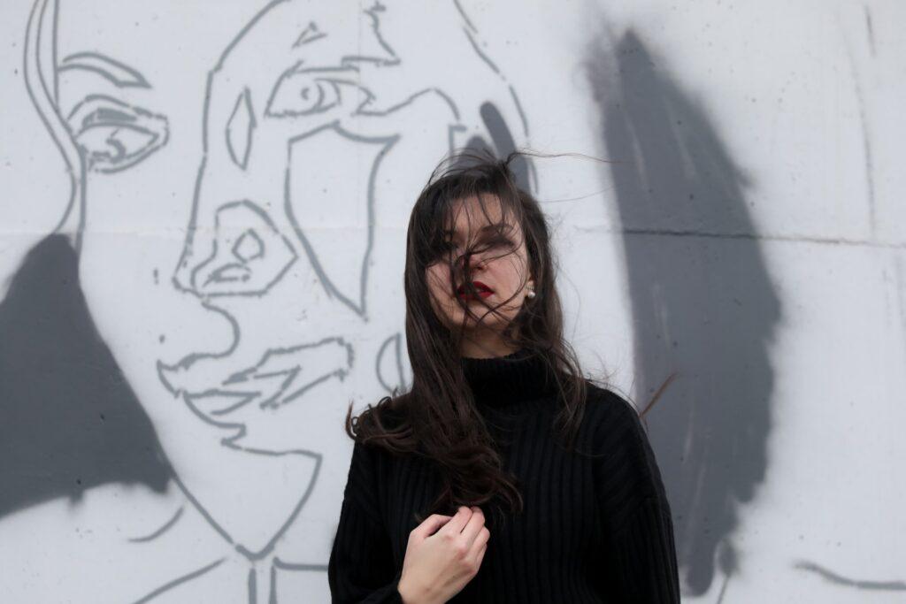 девушка на фоне рисунка