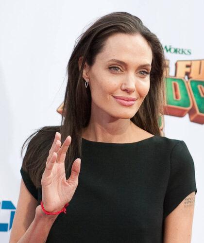 Джоли с красной нитью на запястье