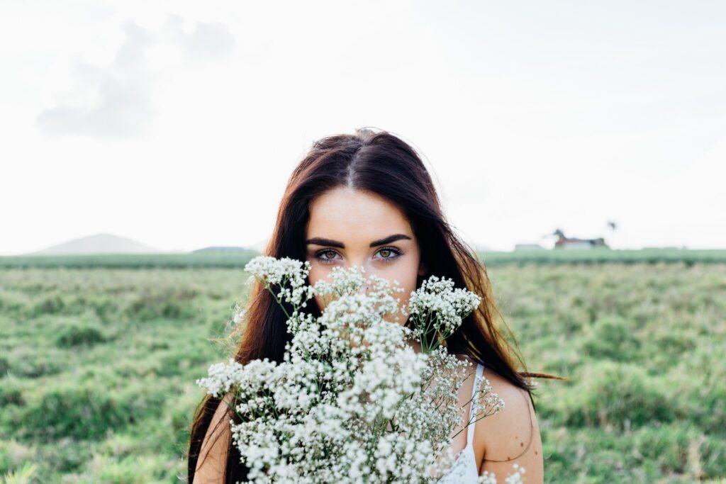 красивая девушка с цветами