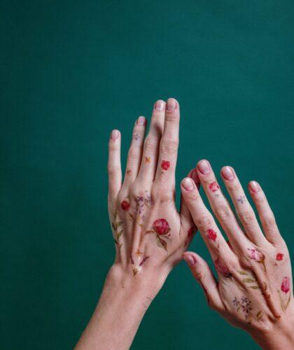 Руки на зеленом фоне