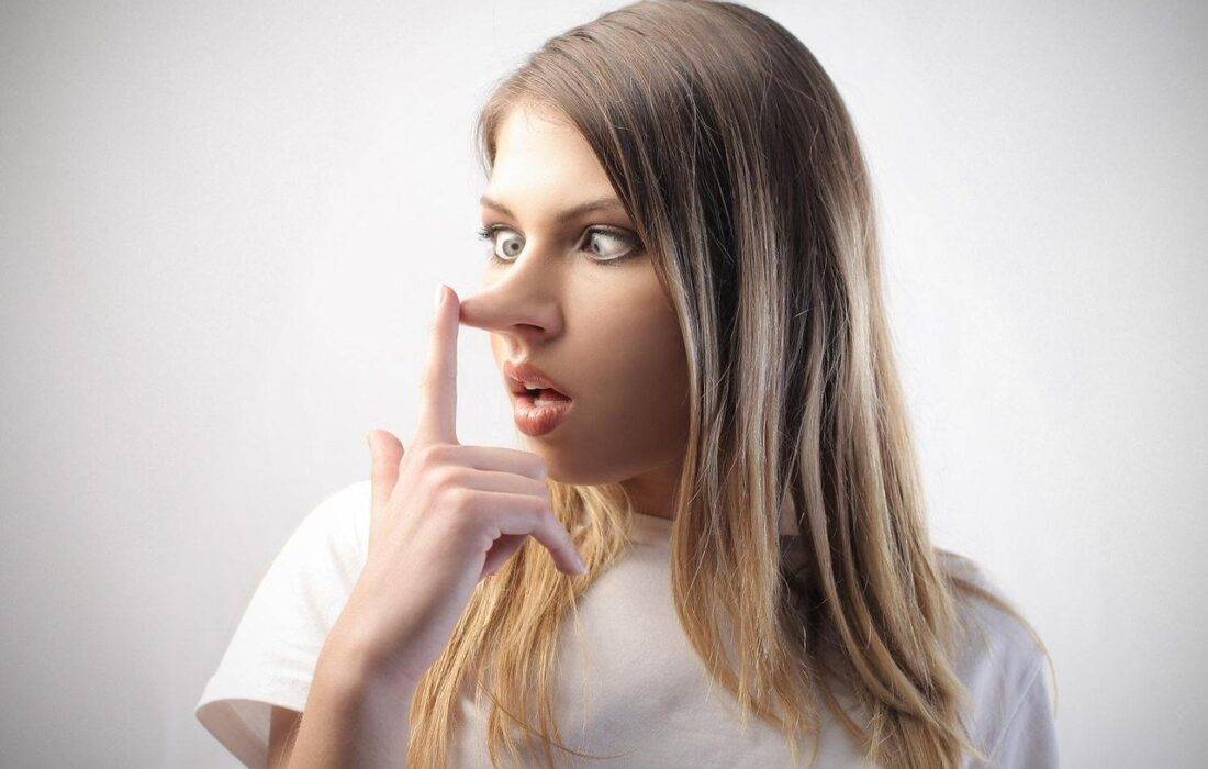 девушка с длинным носом