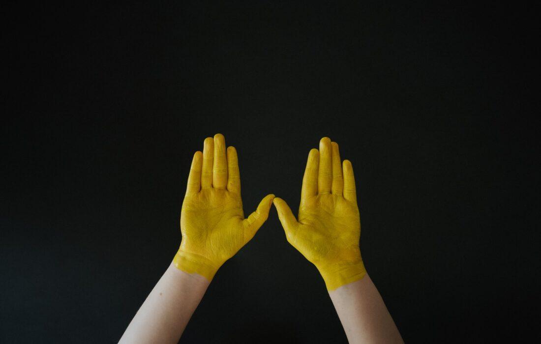 желтые руки