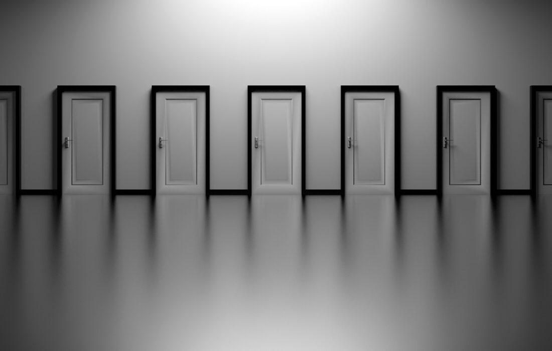 много белых дверей