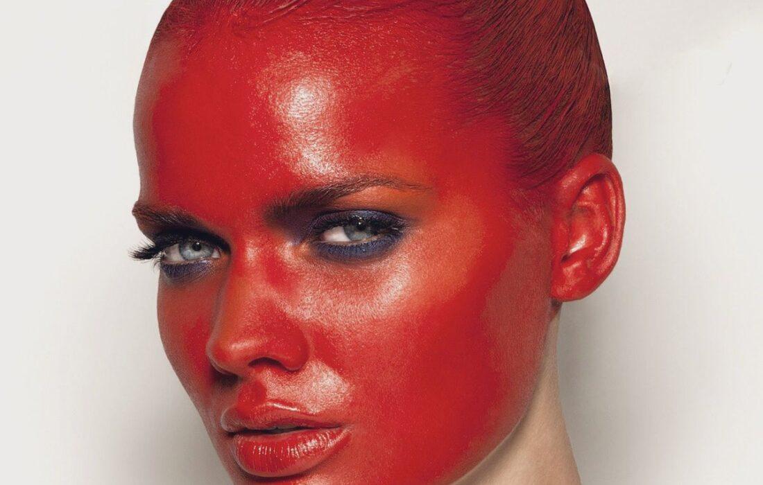 девушка в красной краске