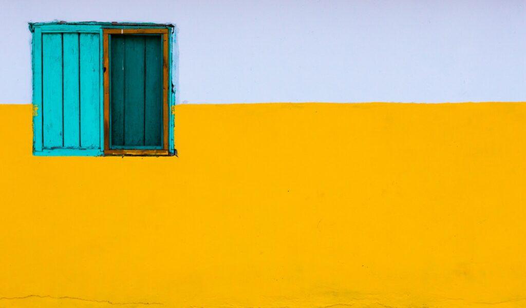 разноцветное окно в стене